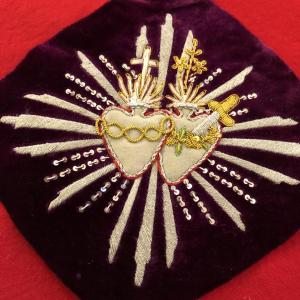 - Ricamo cuori sacri, cuore con spada, cuore con fiamme, filo metallico, velluto, ricamo religioso