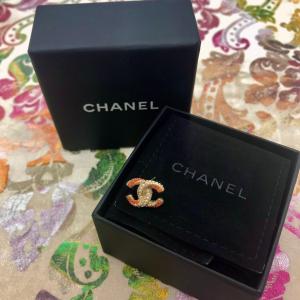 Mono orecchino Chanel.